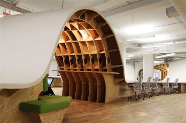 设计师Clive Wilkinson为Barbarian Group的团队设计的一个连体办公桌