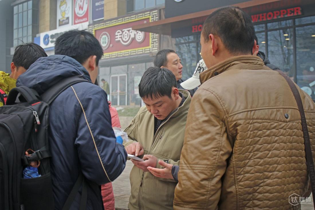 望京SOHO对面的扫码一条街,在夏天曾经十分热闹,最多的时候,一个地推一个月可以挣1到2万块,后来市场慢慢演变,地推的渠道基本被有关系的人垄断了,有人专门关注应用市场,遇到新的APP上线,第一时间就去公关,去接触。有时候碰到大的活,杨杰也会找朋友来做,他的办法比较公平,有钱一起赚,没钱大家也都不好过。
