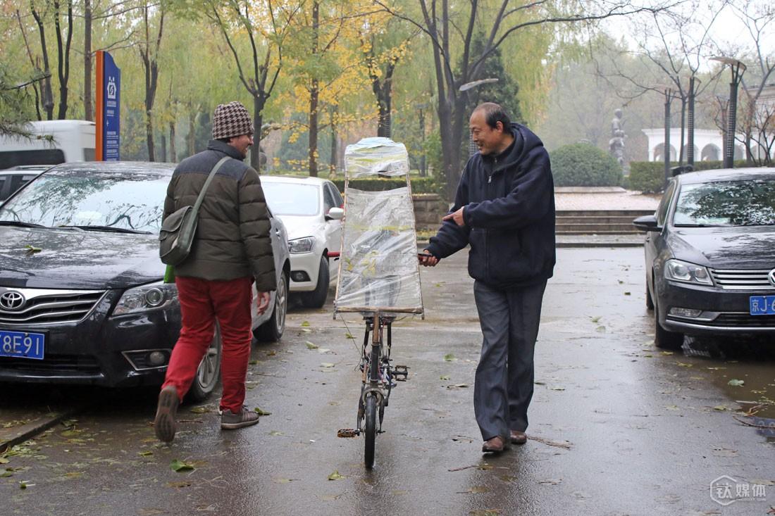在院子里,只要碰到有兴趣的人,他都会上去推销自己的车,还有自己对传统自行车错误骑行方式的看法。