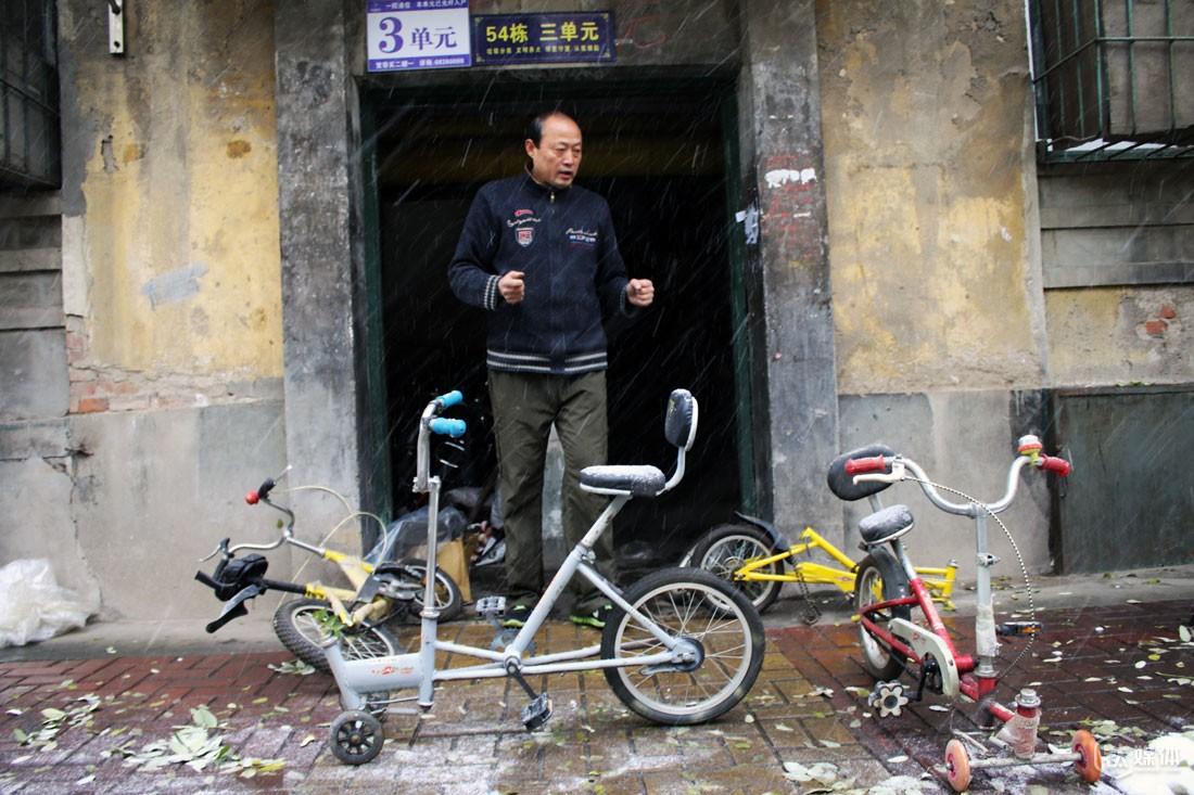 他说,自己有时候为了几个数据,会把小库房里的车翻出来量一量,对于现在的状况,他说,只要地球上还有趴着骑车的人,就是他的失败,他希望尽快找到投资,去实现自己对自行车的追求。
