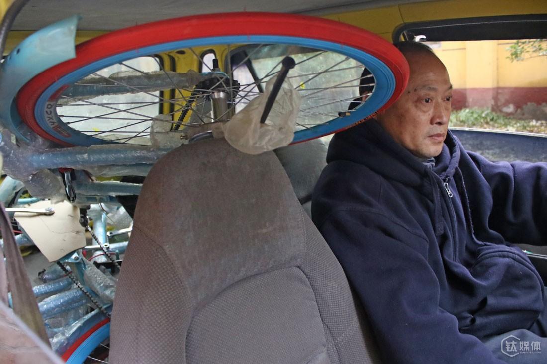 为了给自行车腾出地方,他把奥拓的后座都卸了。