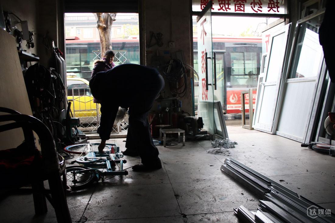 曲建防的自行车就是在家附近的门窗安装店做出来的,他说,自己出想法和图纸,然后和店里的老板一起,下材料,把车的原型做出来,经过反复试骑、修改之后,再把样车拿到天津的自行车工厂下单,进行量产。