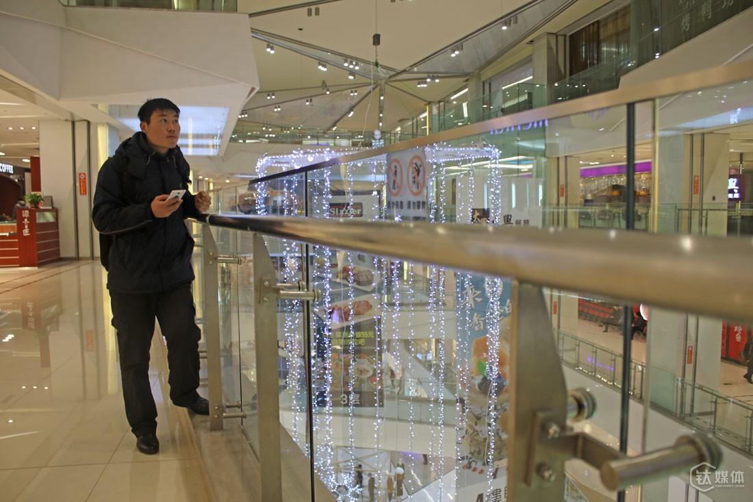 万寿寺某个大型商场,闫军祥在等待伙伴到来,他们接了一个跟电影有关的APP的活。冬天最好的工作场所是卖场和影院,不仅暖和,还有免费无线,而卖场需要场地费,所以相应地,他们获取单个用户带来的收入会低很多,有时候只有1块2块。
