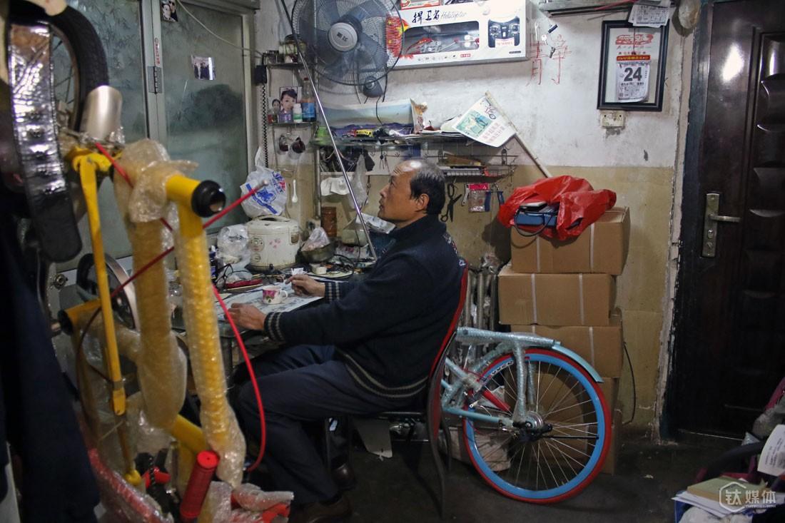 母亲这个小房子里,也堆满了自行车零件、车架,他说自己年轻的时候,家人不太乐意他捣鼓自行车,觉得那不是个正事,后来自己取得了一些成就,家人也慢慢看开了,替他也感到高兴。