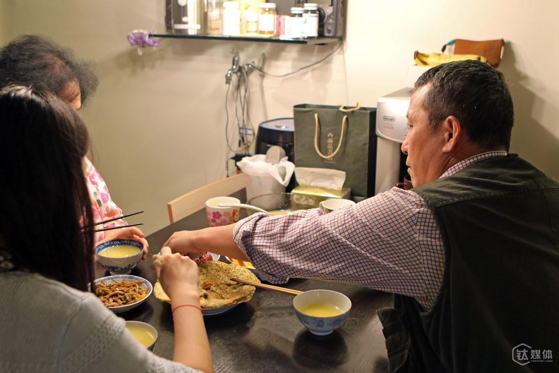 """家和万事兴,这句朴素的话,用在曾德钧身上,非常贴切。每个星期7天,老婆每天都给他和女儿做不重样的早餐,""""有水果、有鱼油,有不复杂的主食,要丰富一点足够保证这小老头一整天的能量,我小时候我妈妈就是这样,每天很早起来,给一家人做早餐。"""""""
