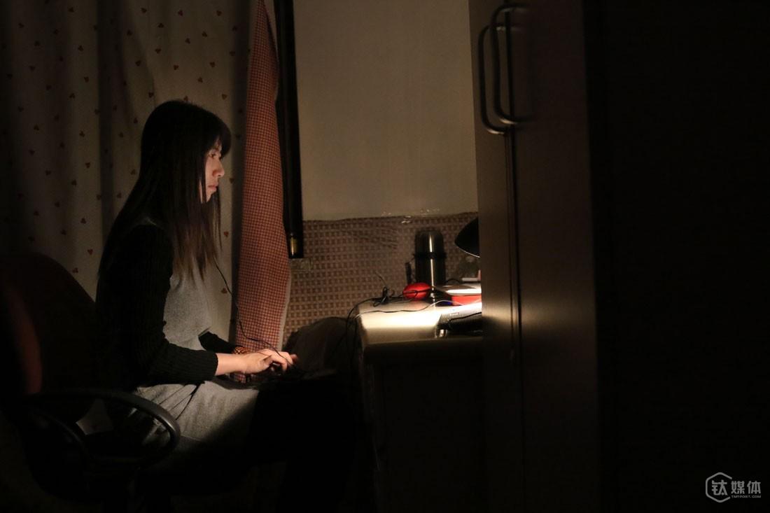 """12月17日晚,任倩乐在租住的房子里工作。她的生活很规律,特别喜欢安静,每天晚上10点睡,早上4点起床,在家独处,除了工作就是打坐、看书。12月,公司给她安排了一个70小时录音的整理,""""一个老院士生前的采访,准备出书用的,年底太忙了,只能晚上回家或者假期来做""""。"""
