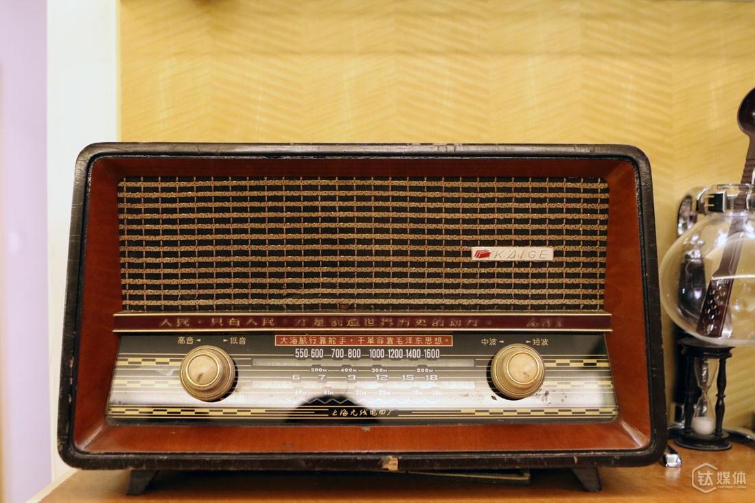 收音机是曾德钧的吉祥物,人生的每个重大节点,都有一台收音机伴随:7岁时在老红军家第一次看到收音机使得他对外面的世界萌发好奇心,14岁和姐姐一起勤工俭学买了人生中第一台收音机,18岁入伍后修好团长的收音机人生发生转机。14岁买的那台收音机,他一直保留到现在,就是这台收音机,强化了年少的他对科学技术的喜好。