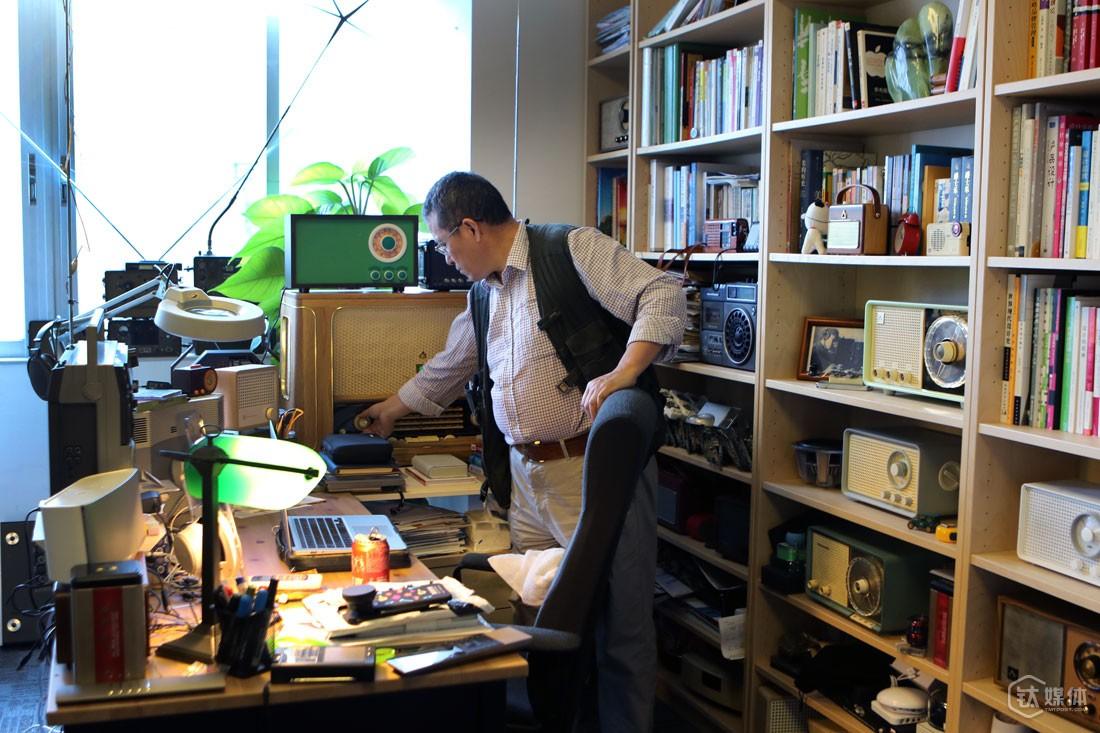"""深圳市南山区科技园,云动创想办公室,曾德钧打开自己做的猫王Bigger收音机,书架上和桌子上的音频设备,几乎都是曾德钧亲手做的。不论到办公室还是回家,他第一件事一定是打开音乐,出差时他背包里还会带着便携音箱,对他来讲,音乐是必不可少的,""""音乐可以净化心灵,让人忘记烦恼,集中精力凝聚智慧去创造""""。"""
