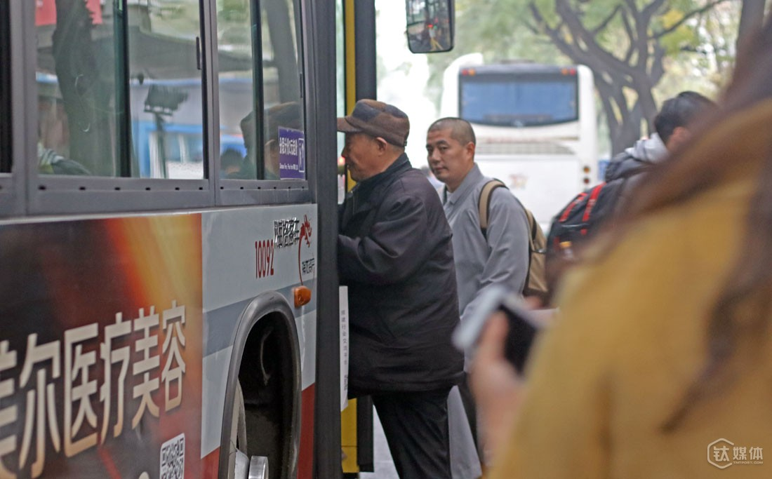 Wang is not familiar with Beijing and he only relies on buses to move around the city or just walk around. He takes the 114 bus to North China Electric Power Universit to meet some professors.