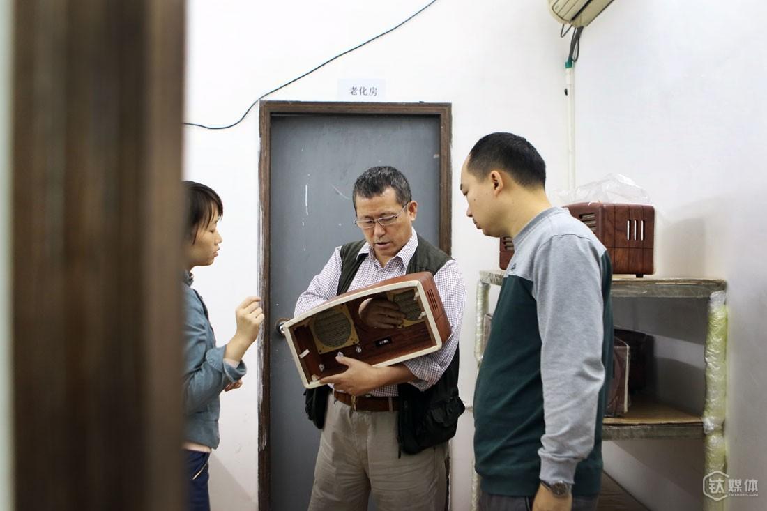 猫王收音机就是由极典生产。曾德钧到工厂的管理时间,一个月加起来不到一天,其他时间到这里,他只谈技术问题,只讨论产品和具体的设计。