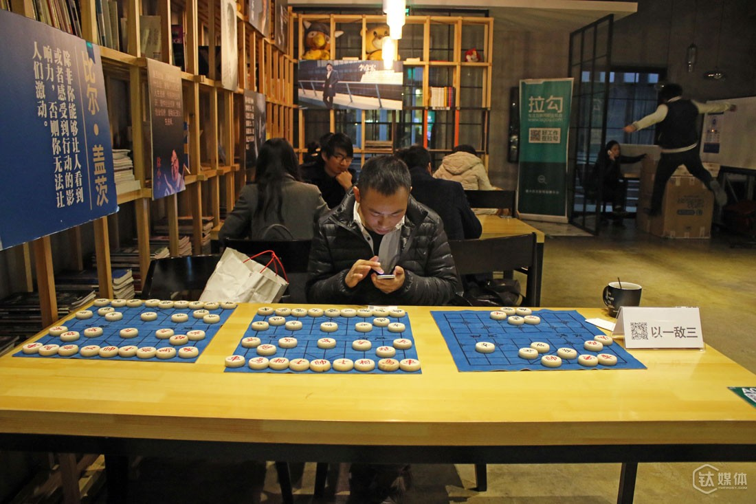 He set up three chess games that were in the final phase of the game in the café and left his WeChat's QR code near them. According to Xiaosheng he chose this way to meet people it's because he also loved playing chess.