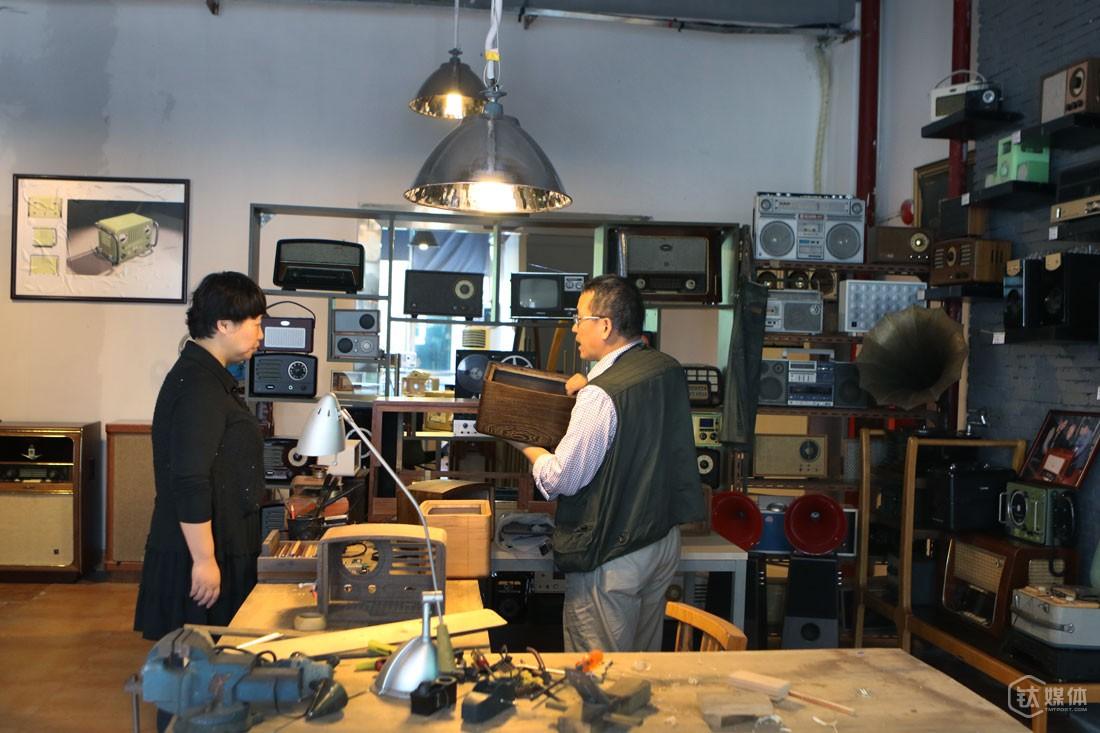 在工厂,曾德钧有个专属工作间,相对于布满精密仪器的工作台,他更喜欢这里有温度的工作台,猫王的设计和细节打磨,就是在这样的工作环境下完成的。这里还陈列了曾德钧这些年的一些手工作品,包括胆机、收音机、音箱。
