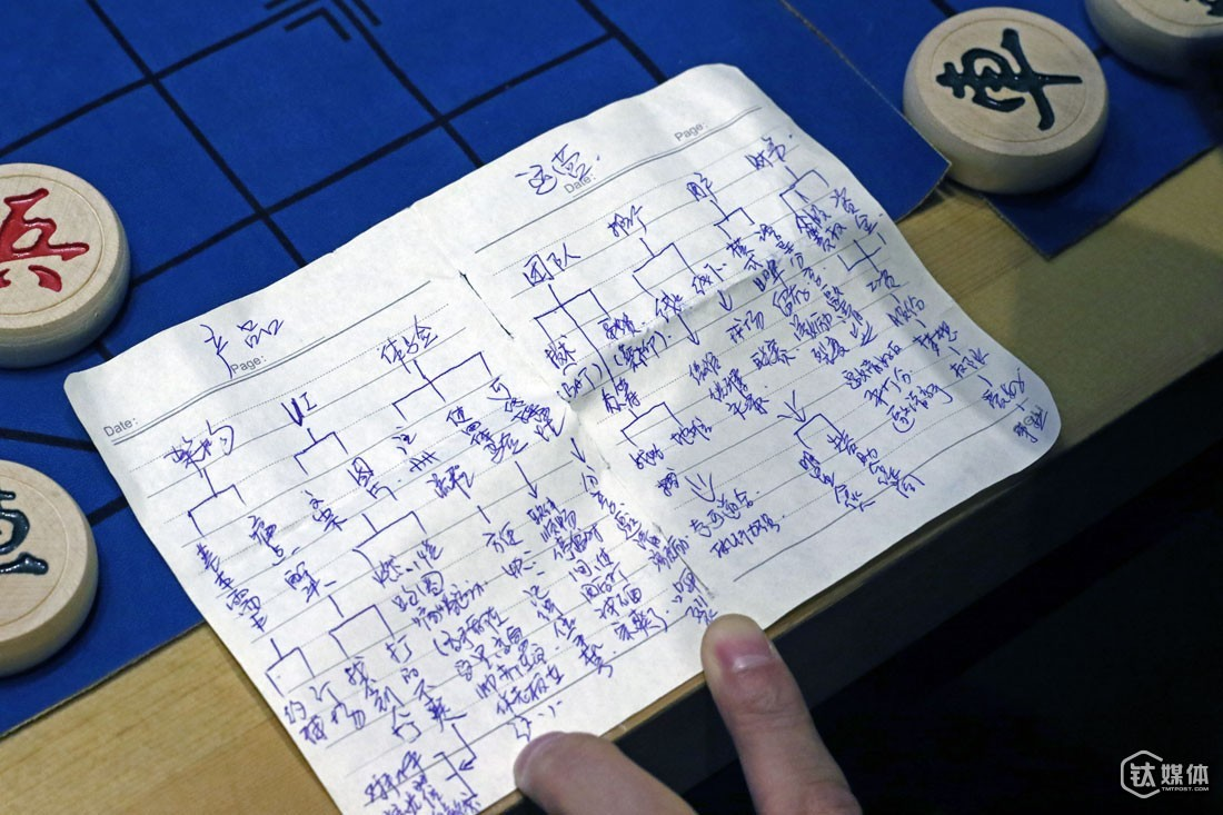 On his flight to Beijing, Wang Xiaosheng wrote down his ideas about his sports O2O project on his notebook.