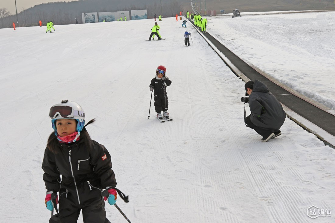 On December 12th, 2015, Mr. Ball's team held a parent-child activity in Shunyi District. Before he started his own business, Mr. Ball would devoted himself fully to skiing at weekends as long as in winter. After launching the company, however, he's got less time skiing. Even if he went to the ski resort, he didn't have the opportunity to go skiing except when he was supposed to shoot a teaching video.
