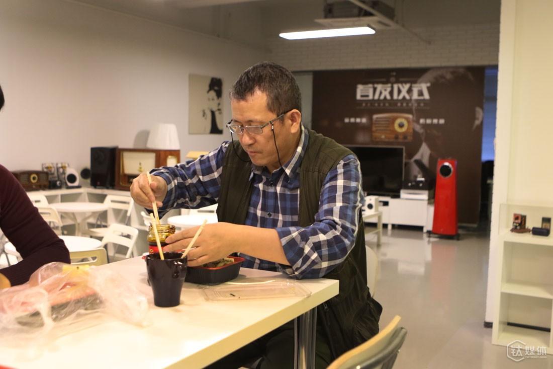每天午饭,只要没有要陪的访客,曾德钧都会和同事一起吃外卖,对他来说,这是最节省时间最有效的方法。