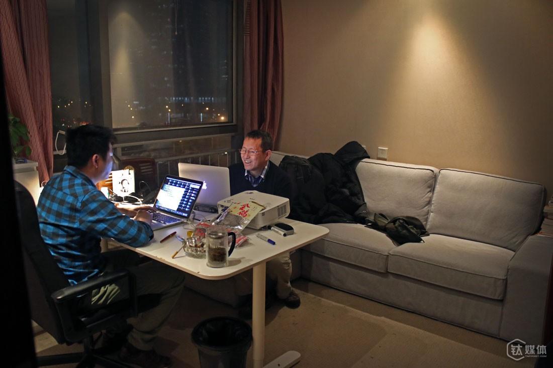 """云动创想的北京办公室,曾德钧和同事商讨工作。做互联网时代的国际化音响品牌,是曾德钧的目标,下一步,云动公司计划到美国和德国组建团队,""""我们最大的优势,是硬件、软件产品的国际化水平,品质我很有信心,中国企业要升级换代,要品牌升级,要有国际化品牌,国际化思路,国际化野心,没有这些是没法往前面走得更远的,这是我的目标""""。"""