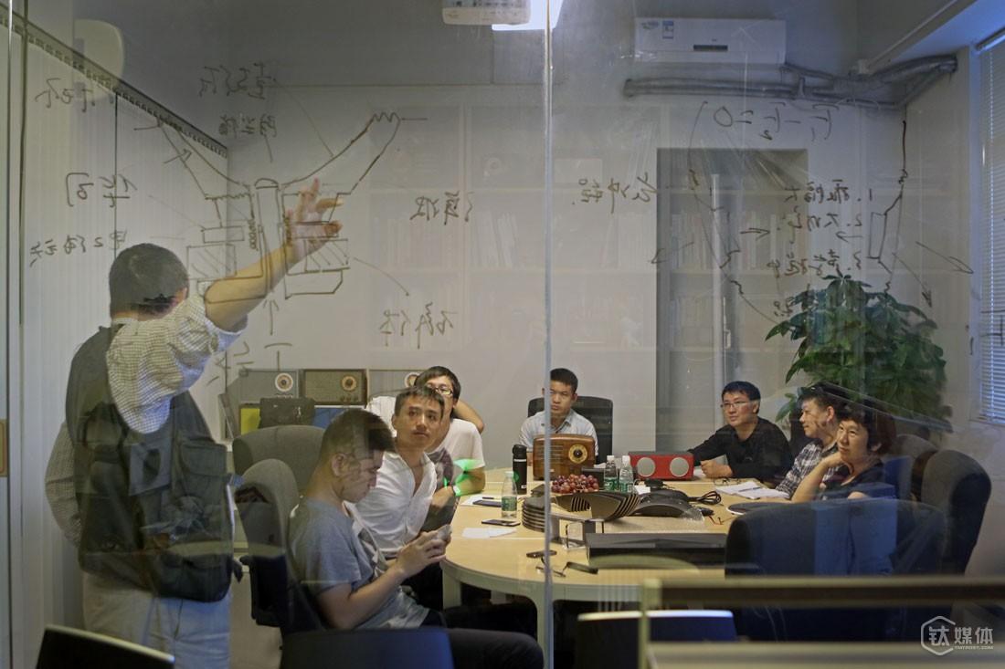 """曾德钧为合作伙伴的设计师讲课,他们从事音响外观设计,""""他们是设计专业的专家,但是不太懂音响,我搞音响的,所以关于音响这方面的知识,我应该多跟他们沟通,只有这样才可能产生好的设计。"""""""