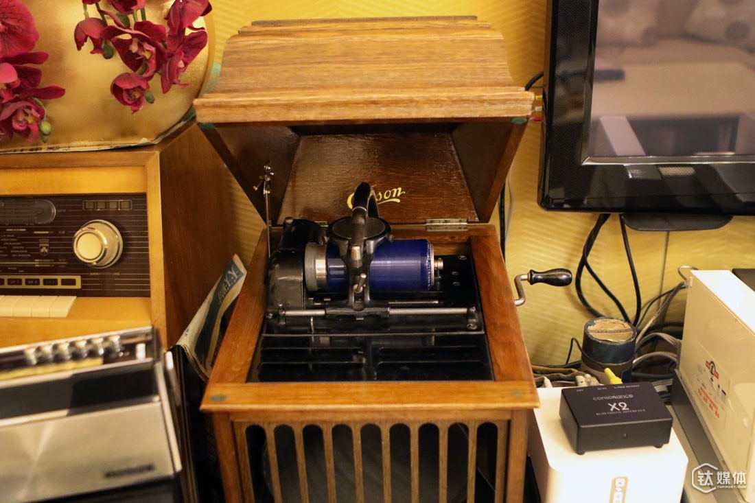 The oldest stuff in their house is a wax cylinder phonograph he bought from a town in West America for over 1000 USD. The phonograph was made in 1893, but can still function even till now.
