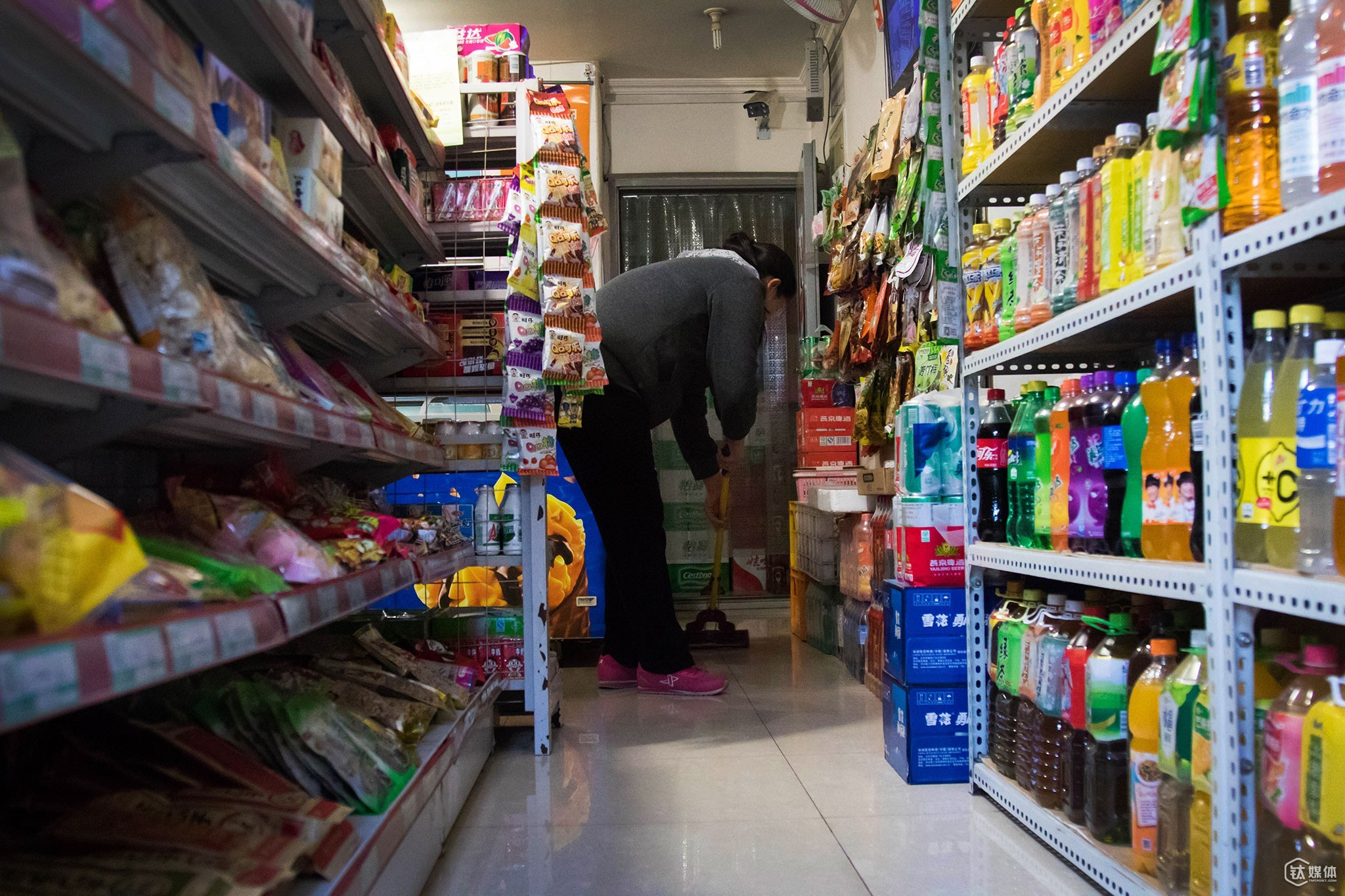 09:30, January 15th, 2016. Zhang Hui (pseudonym), owner of the convenience store, was cleaning the store. Mrs. Zhang and her husband Tang Yuan (pseudonym) changed their 70-square-meter apartment a little bit and made room for the convenience store, which sells mainly beverages, snacks, alcohols, cigarettes and other daily necessities.