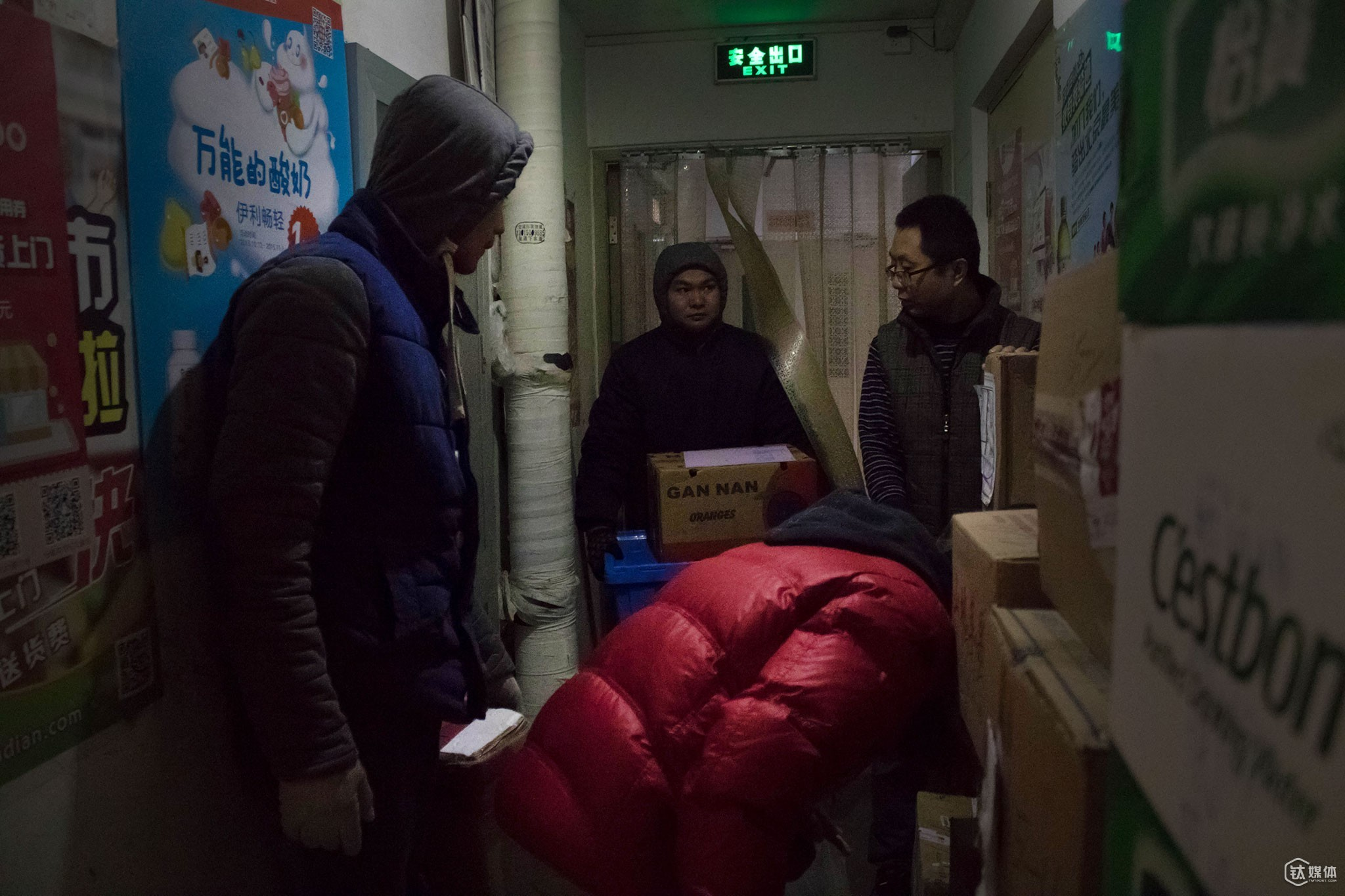 At 11:30 am, several deliverymen got packed up in the abbey outside of the convenience store. At most deliverymen from 20 express companies would send parcels here every day. Some deliverymen just piled up the parcels in the abbey since the convenience was too small to hold all the parcels.