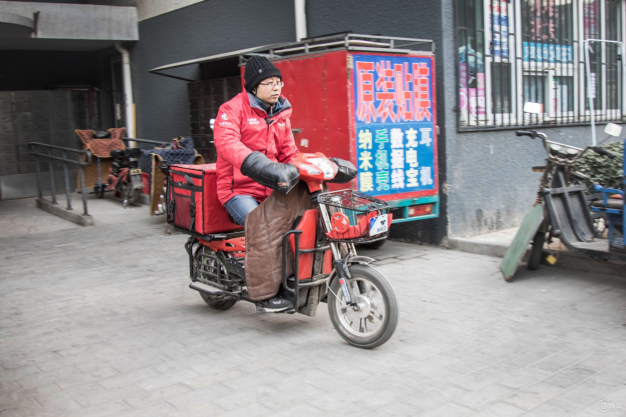 At 4 pm, Mr. Tang was driving to the retailing market to fill the stock.
