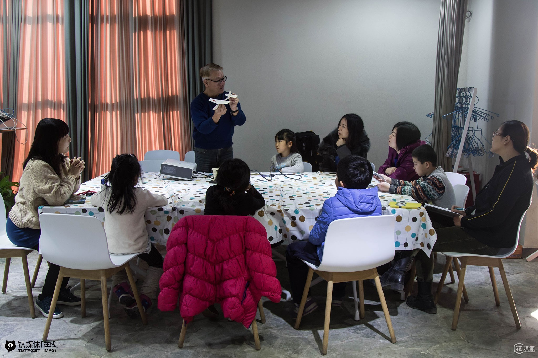 """January 19th 2016, Zheng Fude was teaching a parent-children airplane model making course at an early education center in Beijing. Zheng Ailing's profession was early education. When his father met its lowest point of his life, she encouraged him to teach local kids plane model making in Taoyuan. """"We did it for free for a month and then when we started to charge them for tuition fee we realized that these kids' families were quite poor,"""" Ailing and Fude were not sure if they should continue to teach plane model courses at that time. Though upset as he was, Zheng Fude persuaded Ailing to continue their business: """"Everyone of us has our own suffering and hardship. And since we have met each other, we should take our responsibilities and keep teaching them."""" Subsequently, they started to teach these kids for free. The kids gave Zheng Fude a nickname, Dr. Blue, for whenever they had questions about staff related to the sky, they could always ask Fude. And later after several visits to Beijing, Zheng Fude decided to bring his courses and his airplane models 35 years in the making to this capital city of China. Zheng believed that in Beijing he could once again achieve his own value."""