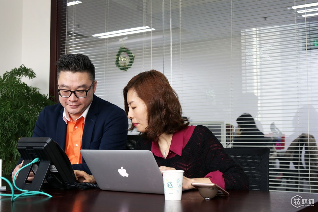 In a telephone conference between an investor and a startup team, Ms. Li kept cutting in and adding new information. The startup team has been working in the e-tailer logistics industry for years and has developed a logistics robot to make the storage procedure smoother.