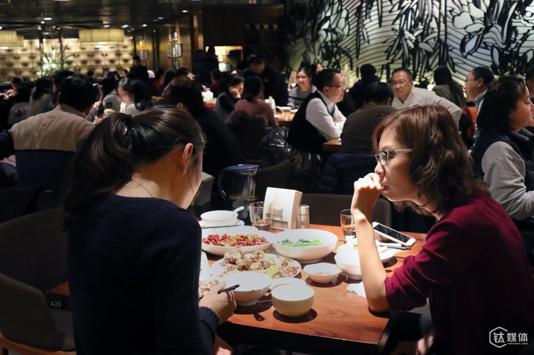 Ms. Li was having a dinner with an entrepreneur who is working on an overseas shopping project. The entrepreneur worked as an overseas shopping agent for six years in Germany and currently owned a 30,000-square-kilometer storage around the border of France and Germany. Her project received the angel investment from Ge You, a famous Chinese comedian, and is looking for an A-round investor before the end of the lunar year. She almost had no experiences about how to deal with investors at home since she lived abroad for too long. Ms. Li advised her to lower her expectations in the A-round financing and survived the capital winter by raising a small but adequate amount of money first. In addition, Ms. Li told her that investors were mostly running out of money near the end of the year and taking day-offs around period of time.