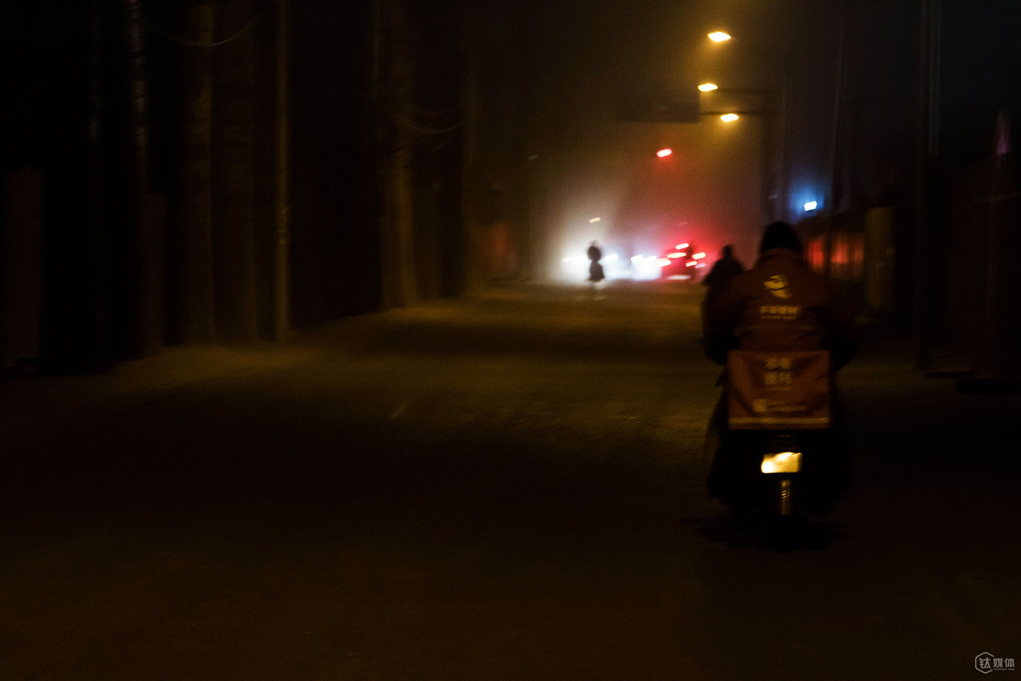 顾客所在的地方是个杂乱的城中村,上门的地址很难找,有时候连手机信号都没有,最后,唐元还是骑着车,花了20多分钟跑了一趟。