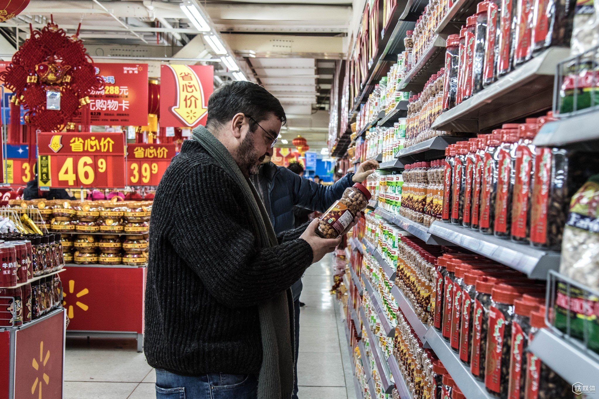 Thomas and his colleagues were collecting samples from the imported food section in a supermarket. However, Okoer.com was primarily concerned with testing the quality of international products sold in China. They adopted the model set up by the Europe, WHO and would test the qualityevery three or six months.