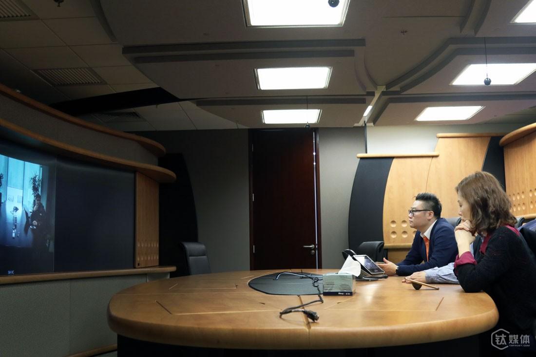 一家创投机构的视频会议室,李小玉带着这个团队的两名联合创始人跟投资人进行视频会议。这个想要拿到一笔两千万的资金,投资人说,两千万问题不大,但是认为他们的估值有一些偏高,希望他们再考虑一下估值的问题。