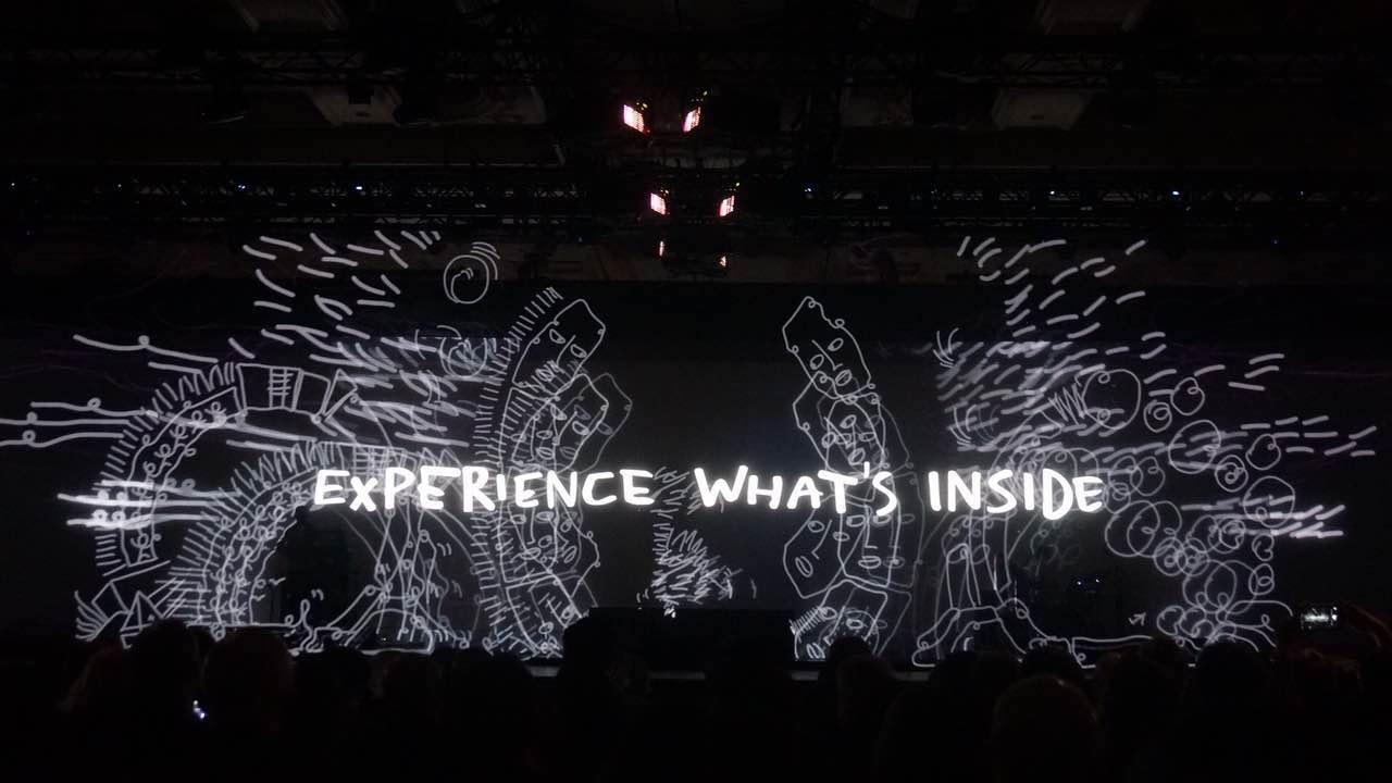 科再奇主题演讲前的开场秀:利用vr头盔与3d投影结合在空中绘画