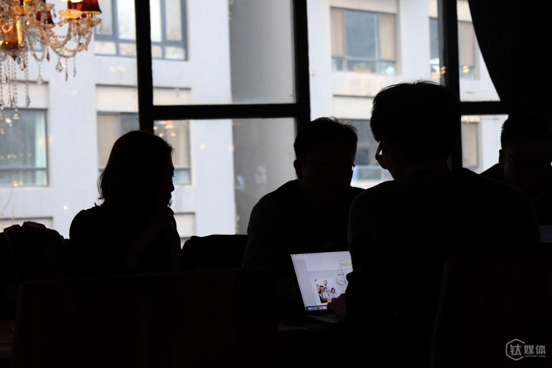 """一家咖啡馆,李小玉带着创业者约见投资人,""""FA就是充当黑脸的角色,很多创业者没法说的话我们要说、说错的话,FA要揽到自己身上来,融资是创业者的核心工作,要尽量降低失败率。""""关于资本寒冬,她认为,对于优质企业来说没有资本寒冬的说法,""""只是估值比2015年上半年疯狂的时候趋于合理,拿钱速度稍微慢一点,对于好项目是好事,因为投资人更谨慎,烂项目拿不到钱。"""""""