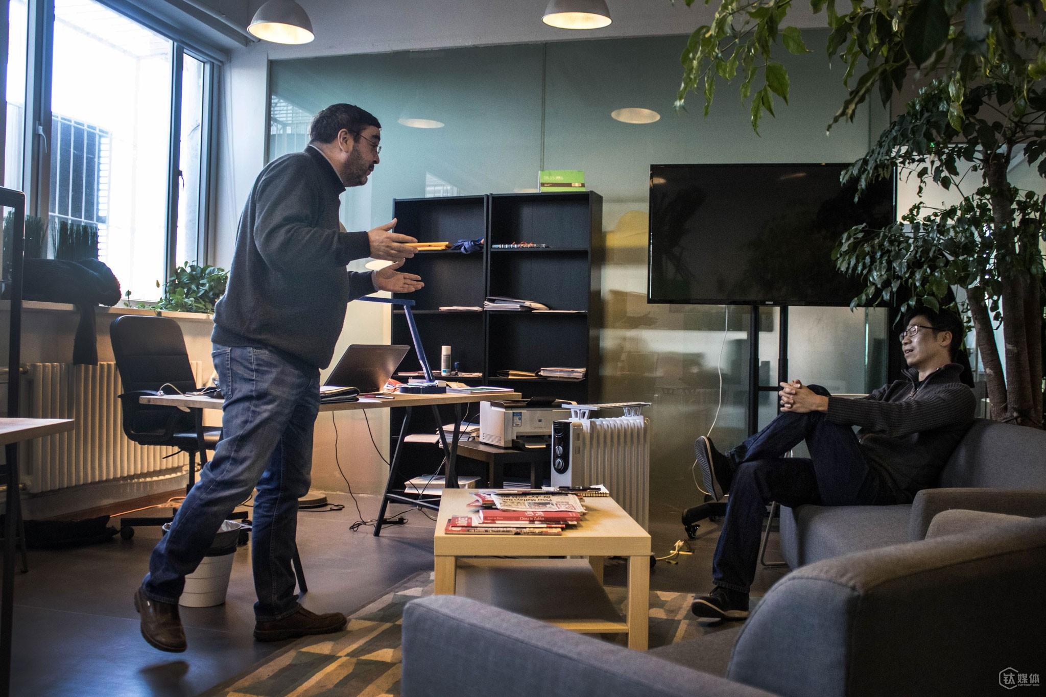 """托马斯的办公桌位于公司的一角,从这个特殊的角度,他可以看到办公室大部分人。""""从政的经验告诉我,不要坐隔间,要和人们坐在一起,这样方便办公和交流,既可以看到同事每天的变化,同事也可以监督我每天在做什么""""。"""