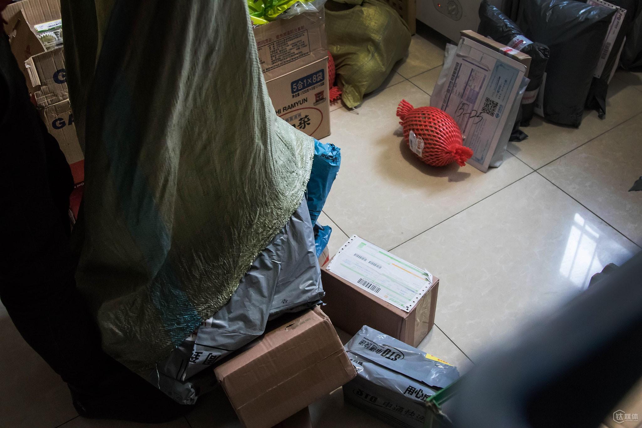 12点,一个快递员一次性送来一大袋包裹。