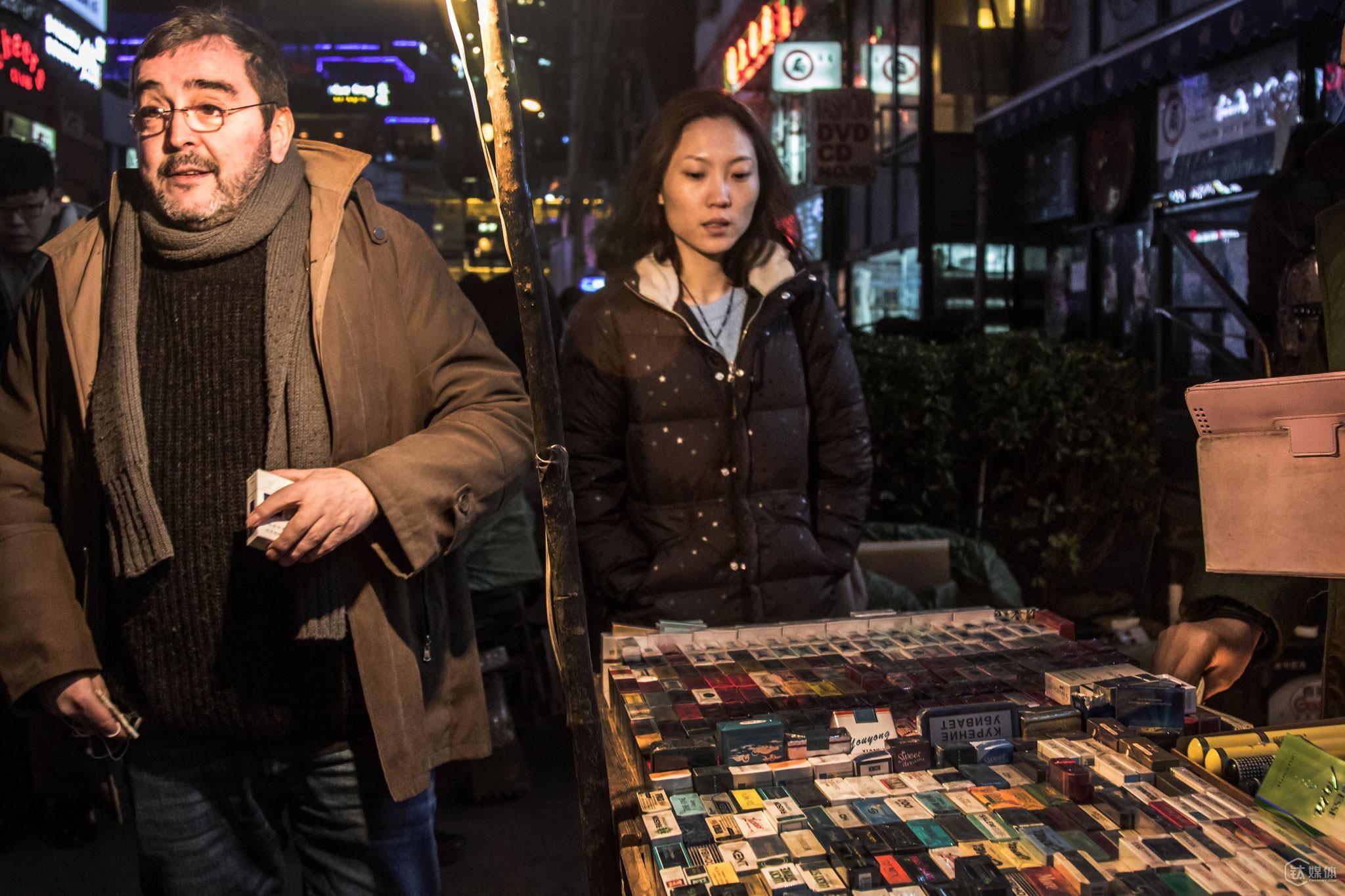 """托马斯很喜欢北京三里屯,就像他认为的""""除了网速快过中国,德国的互联网发展落后中国至少4年"""",他同样认为德国街头的热闹程度远远不及三里屯,""""这里永远都是人来人往车水马龙,这在德国很难得,虽然北京有时候空气不那么好,但我吸烟,空气不好对我来说没那么大影响。"""""""