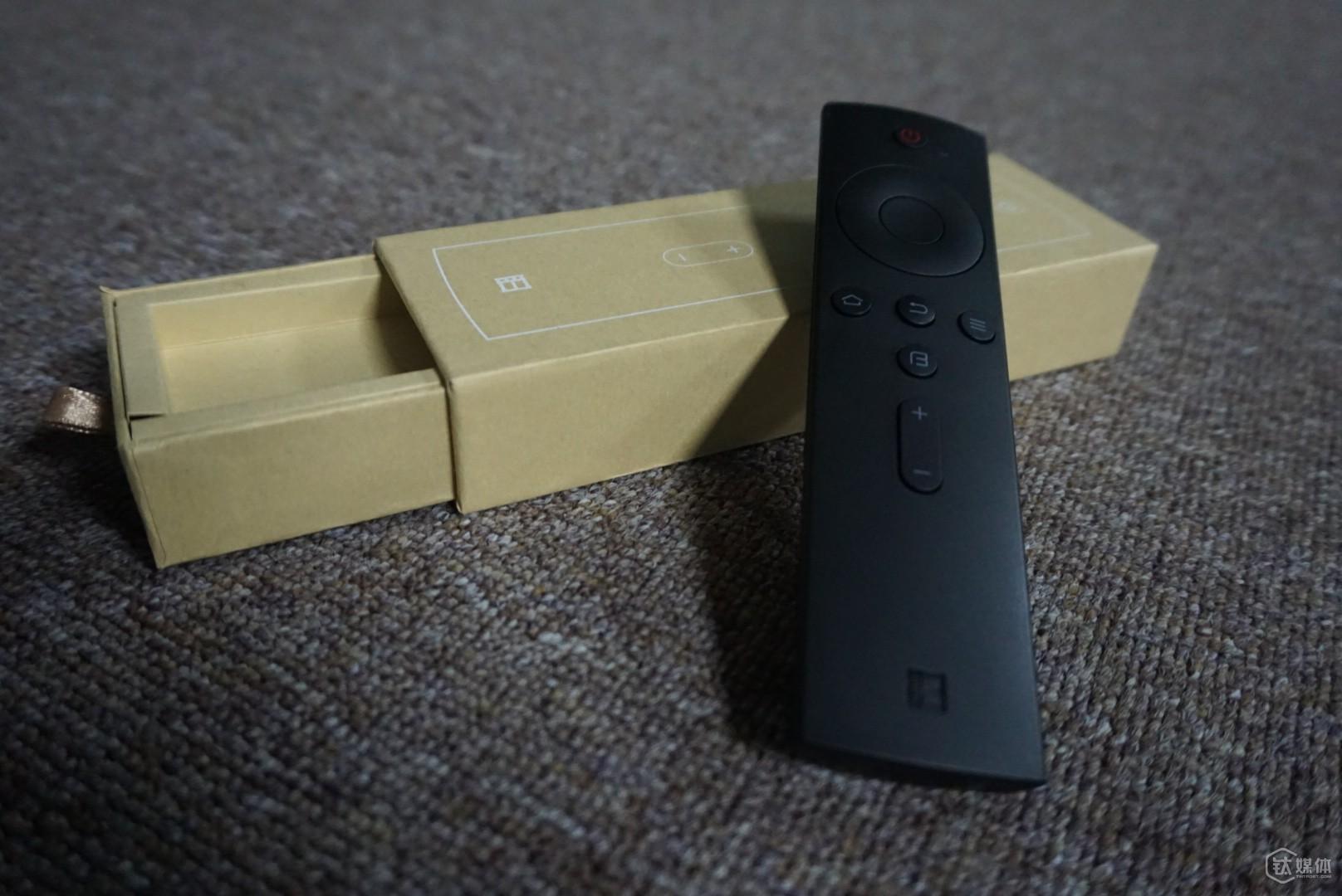 """电视的遥控器为黑色长条状,边角设计较为平滑,握感非常好,没有那么多复杂的更加适合初次接触智能电视的新手。暴风为这台超体电视创造了一个""""biu键"""",默认快速进入影视频道,也可设置成信源和观看历史,能够按用户的需求自行设置。"""