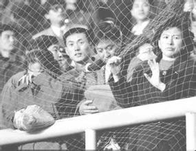 大连金州球场上目睹输球后悲伤的球迷