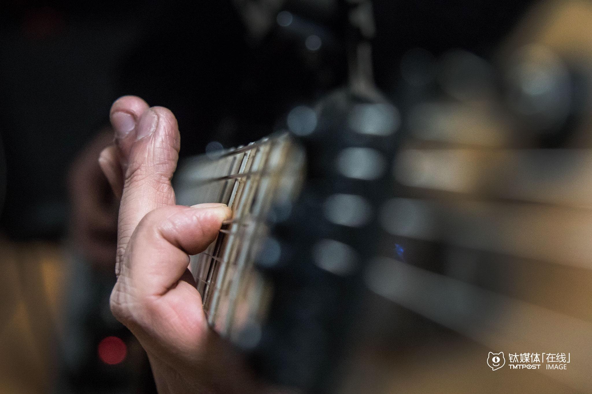 2016年2月4日,陈磊在为新节目编曲。从2015年夏天到现在,铁人音乐已经推出了60多期原创视频节目(含特别节目),陈磊在每期节目中测评演示所弹奏的曲目全部为原创。