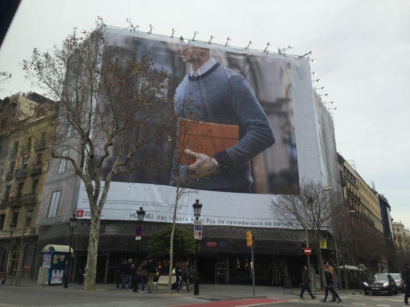 华为matebook广告现身巴塞罗那街头