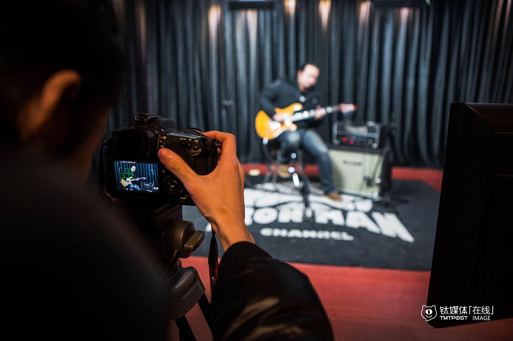 """拍摄进行中。""""最顶尖的乐器零售商Guitar Center、Sam Ash、Sweet Water等,都是从卖琴做起来,但近年来越来越重视专业测评。""""陈磊认为,这样的服务往往比单纯做电商卖东西更重要,也是用户最缺乏的,""""很多中国乐手,都是看了别人弹什么琴,自己就想买一个,而并不去思考自己需要什么,他们不太明白该怎样选择。比如效果器,我们会在节目里告诉用户不同效果器的特色、原理、操作方法,我们讲常识和选择方法。"""""""