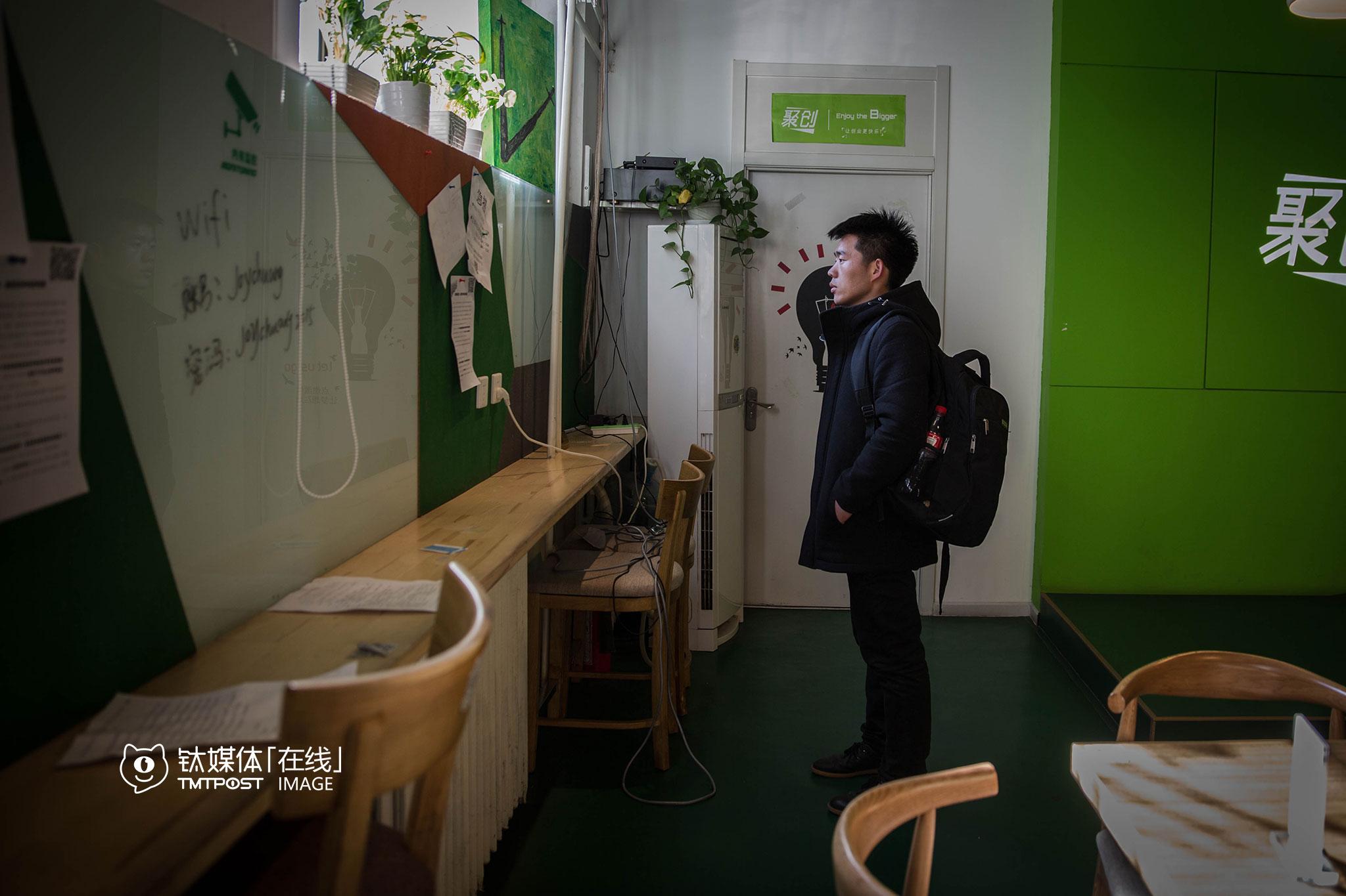 """2016年2月23日,北京中关村聚创空间,牛伟(化名)在阅读创业者贴的招募广告。他今年夏天大学毕业,这次到北京是送朋友来工作,顺便到闻名已久的中关村走走。他学的计算机,毕业后准备做互联网。""""北京厉害的人太多,我准备先在家那边工作一段时间,积累点经验,再到北京来,那样也许会好找工作一点"""",当天下午,他离开了北京。"""