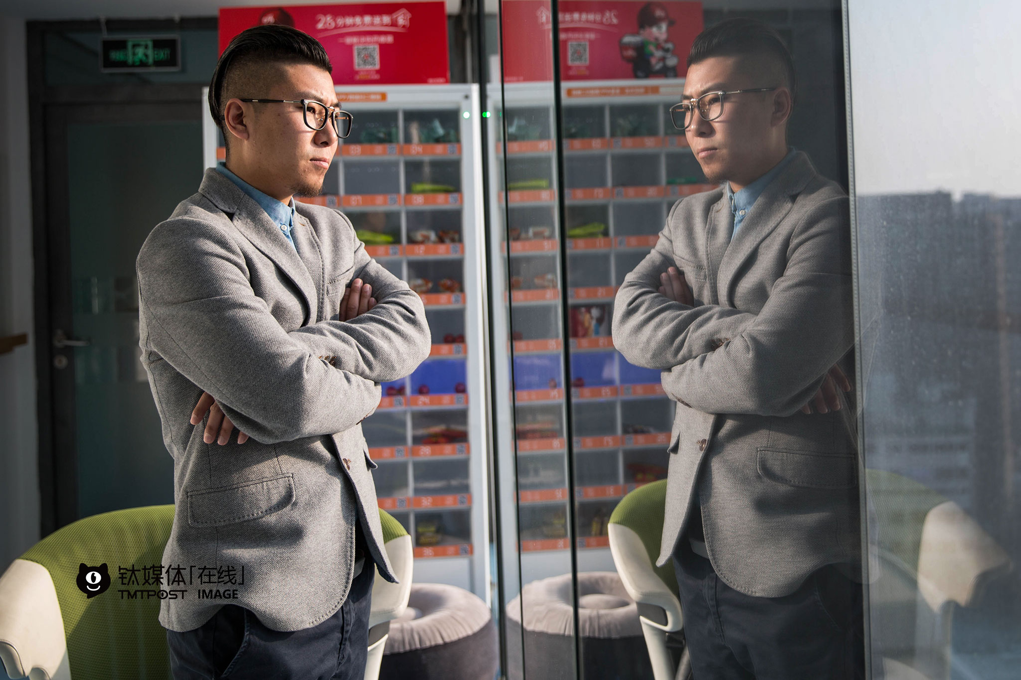 北京,冯腾俊(化名)在一家互联网公司休息区等待第二轮面试。他已打拼多年,两年前,他开始与人合伙创业,期间经历了创业成功带来的光环,也经历过市场的打击,赔进去自己多年的积累。在公司紧锣密鼓谋求转型的时候,母亲病了要做大手术,怀孕的妻子身体不佳也需要照顾,他退出了公司,选择照顾家庭。困难慢慢过去,他现在想要在互联网公司找一份市场、渠道方面的稳定工作,继续学习,继续照顾好家人。