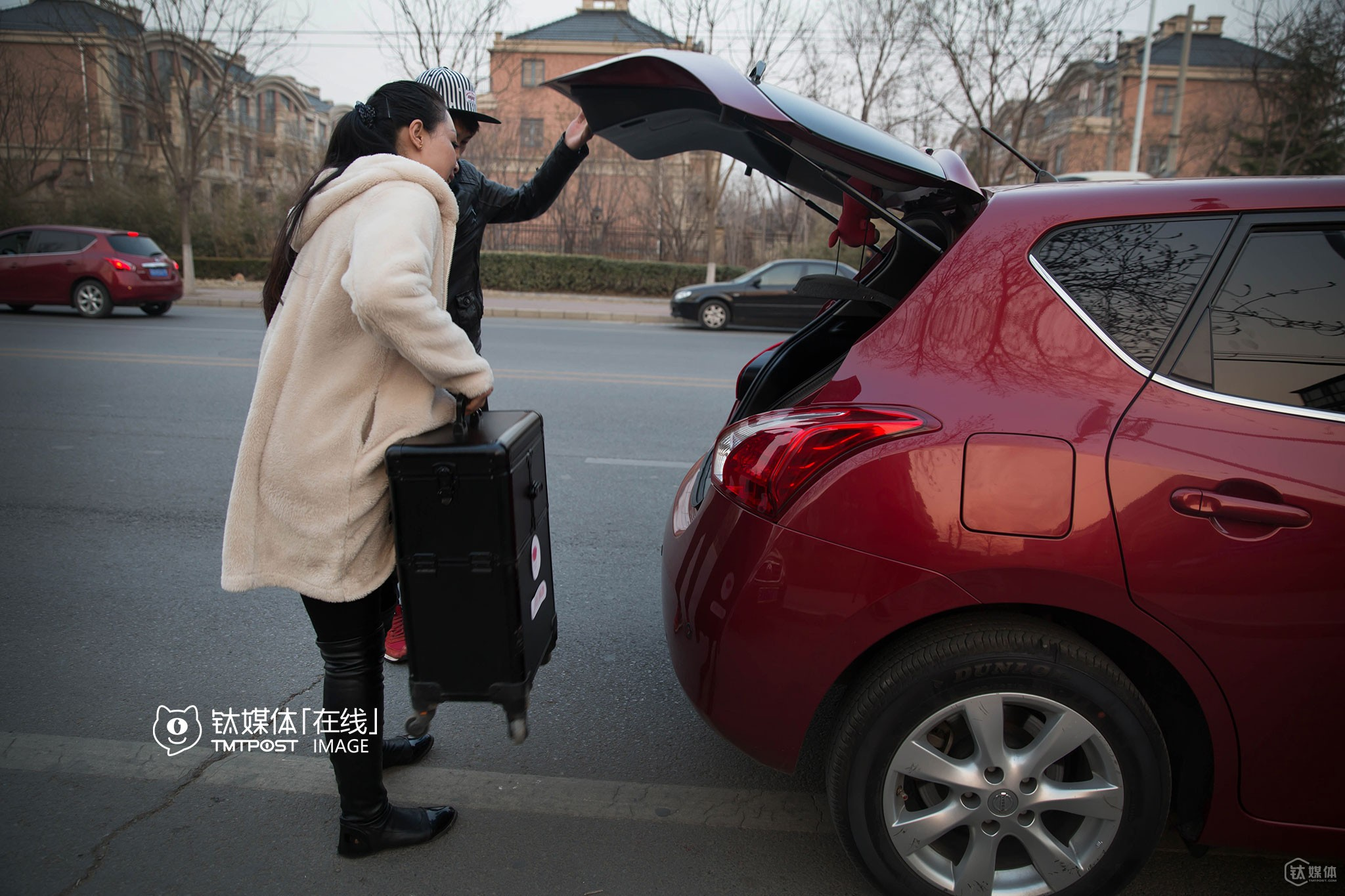 "It was 17:46 PM, and Ms. Wang hailed a car to get to the last customer of her that day. Will beauticians get rid of the O2O platform and directly contact with regular customers? Ms. Wang didn't think so, saying that: ""This is the basic work ethic for me after working as a beautician for 12 years. In addition, there is no guarantee that one would earn much more without the O2O platform. Moreover, the rules and regulations tend to be stricter in O2O platforms, so that the interests of beauticians and customers can be better protected, and conflicts tend to be dealt with more appropriately."""