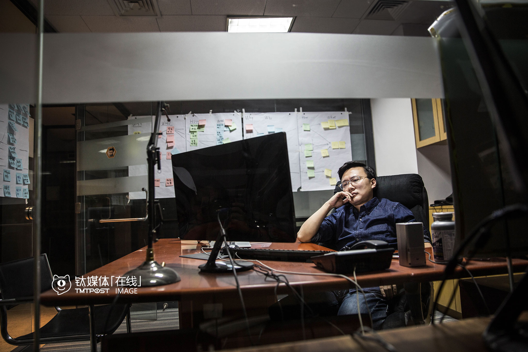 """另一间办公室,创始人钟杰也在忙于案头工作。他最近在招人上花了不少心思,""""现在更多人只是按工作要求自己,不是按创业要求自己,我们找人卡得很紧,因为相比其他损失,创业公司招错人损失更大。""""他很希望找到合适的人,大家一起确定一个目标,齐心协力去达成目标,一起去获得成就感。"""