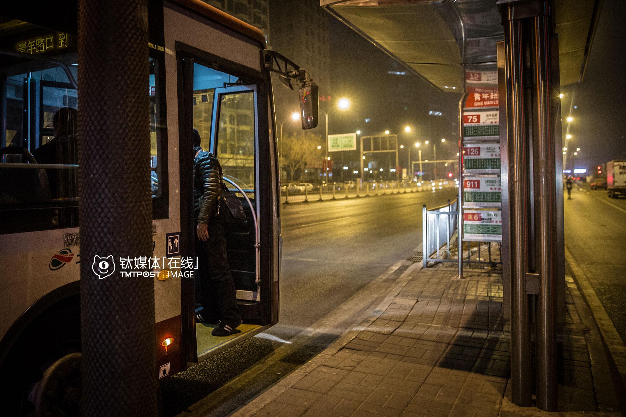 凌晨2点,到站下车后,这名代驾司机发现自己的折叠车不见了,他立即上车询问司机和其他乘客有没有注意到谁拿了他的车。