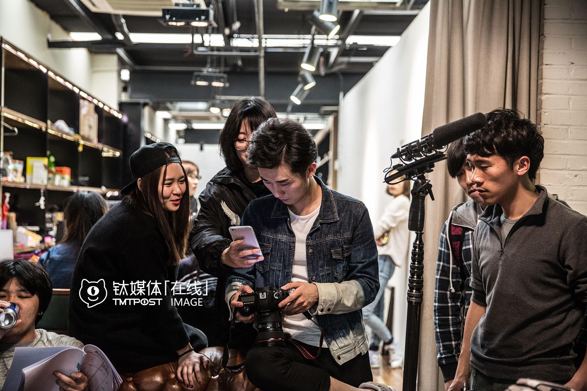"""拍摄间隙,摄影师和制片人提供照片给刘循子墨选择,在微博和微信上发布,进行拍摄进行中实时的""""滚动播报""""。"""