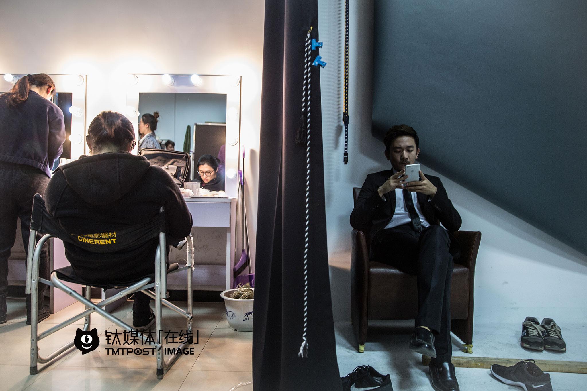3月9日上午,万合天宜化妆间,《报告老板》第二季演员刘浩(小爱)和柯达在等待海报拍摄。