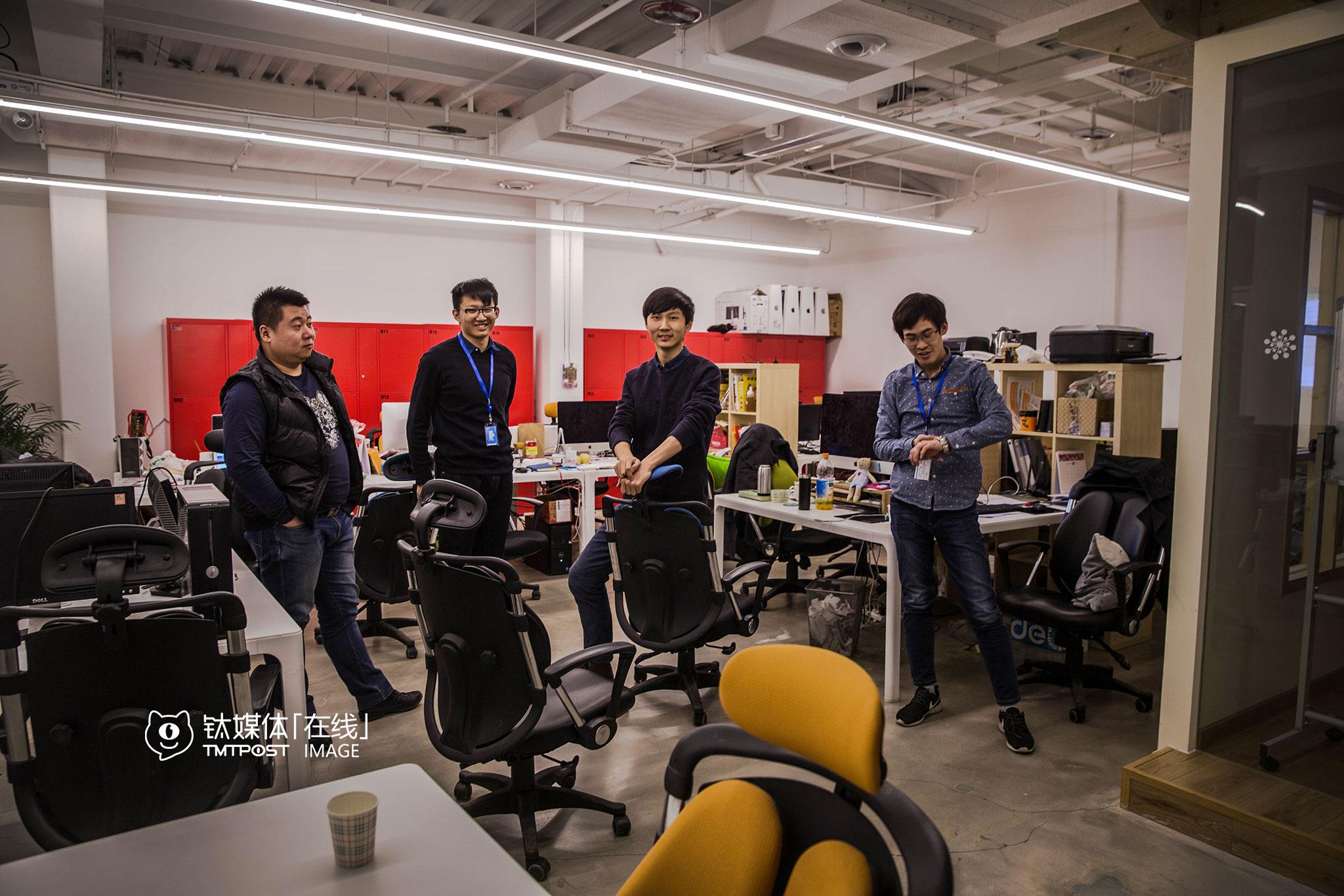 """王宝臣是创始人,1993年出生,团队14个人,都是90后。""""我们现在全员股东,对我们来说,只有拼,只有比别人做得多才有机会活下去。""""王宝臣每天下班时间都在11点以后,""""在办公室有工作状态,可以头脑风暴。"""""""