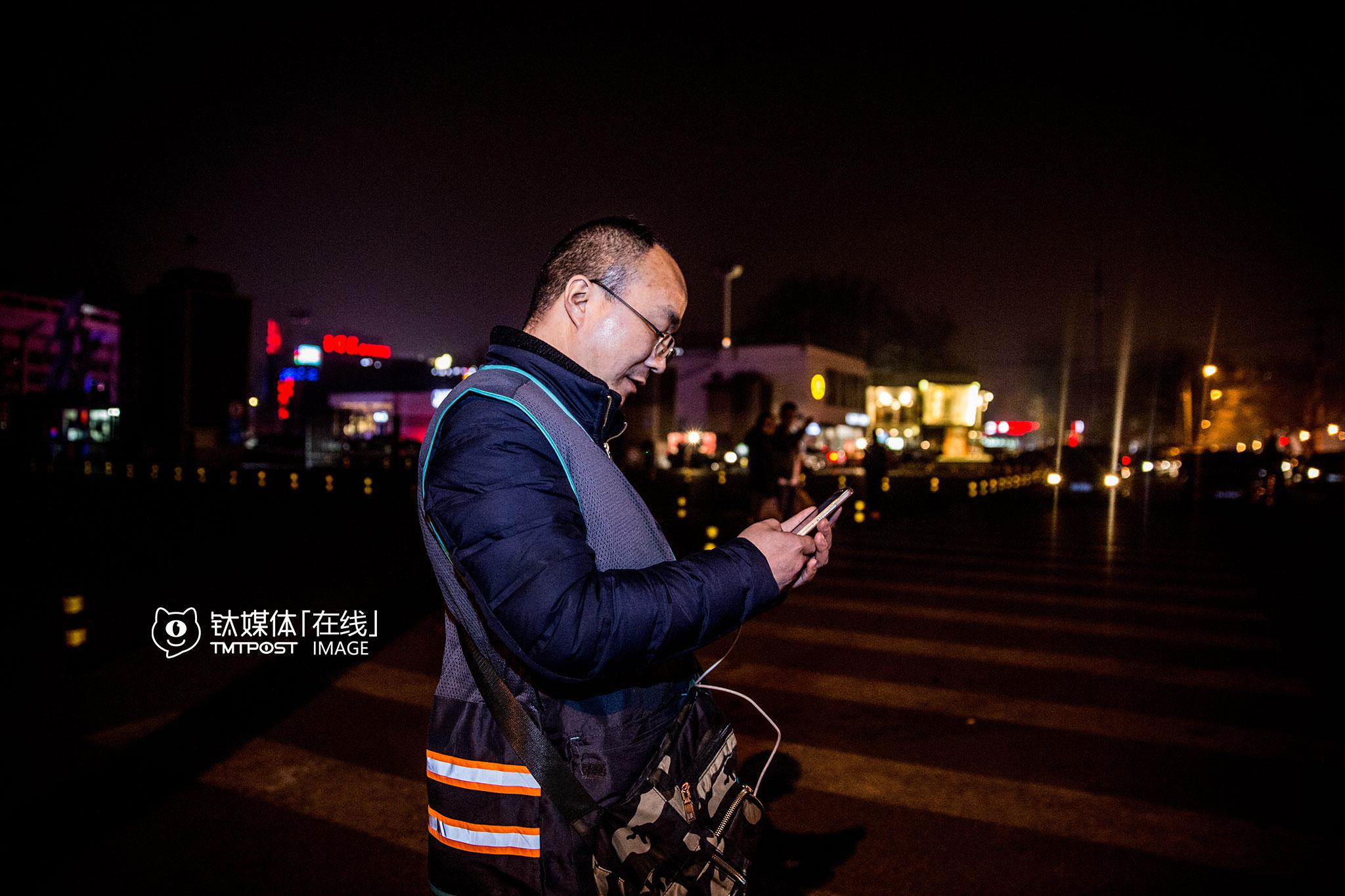 """3月15日晚上12点,北京,一名兼职代驾准备收工回家,于是在手机上查询夜班公交路线。他兼职做代驾2个月了,就为了挣点钱补贴生活费,""""12点了,要回去休息了,明天还要上班""""。"""